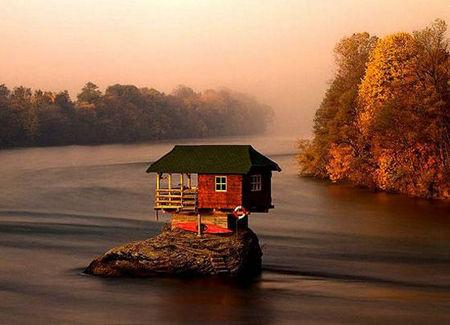 """ドリナ川の真ん中にある岩にぽつんと建てられた家"""""""""""