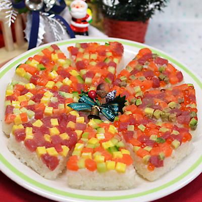 実家で行うクリスマスパーティー用の一品持ち寄りの寿司ケーキ。 本番前に具を何にするか、試しに色々作ってみました。