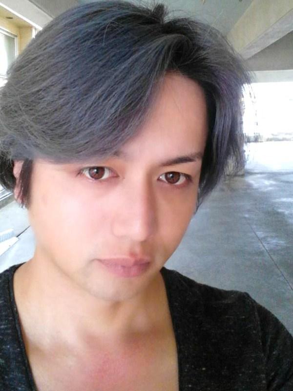 沖縄県中部の北谷町にある美容室pasdedeuxLEQUIOS(パドドゥレキオ)で髪をグレーアッシュに染めました