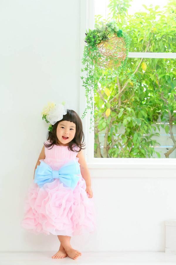 沖縄県の浦添で七五三撮影ドレスでポージング