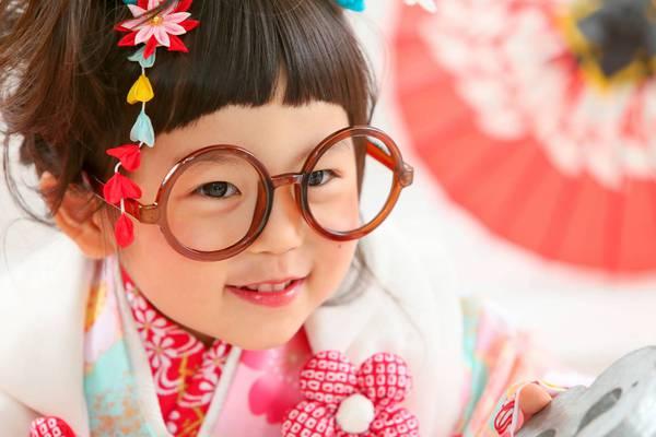 沖縄県の浦添で七五三撮影小道具のメガネ