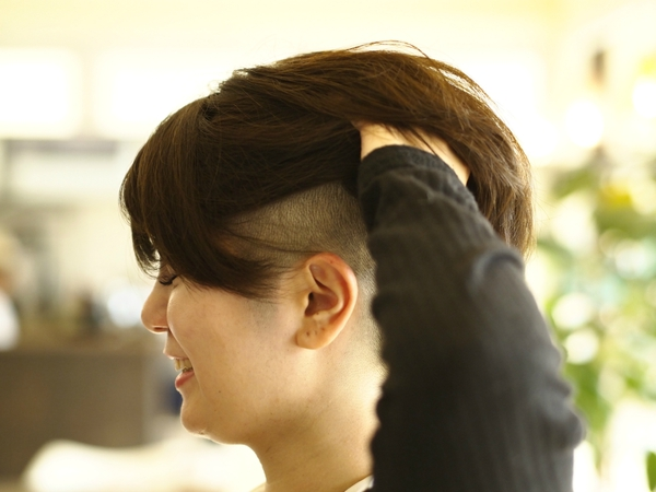 女性のヘアスタイルでツーブロックスタイル サイド五厘刈り上げ