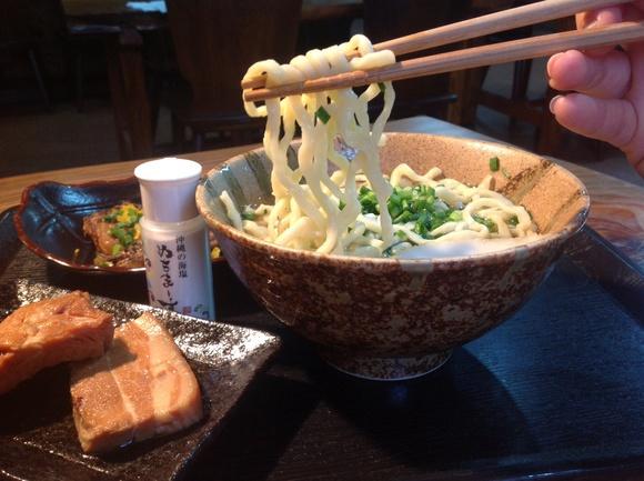琉球麺とぬちまーすを使用したスープ