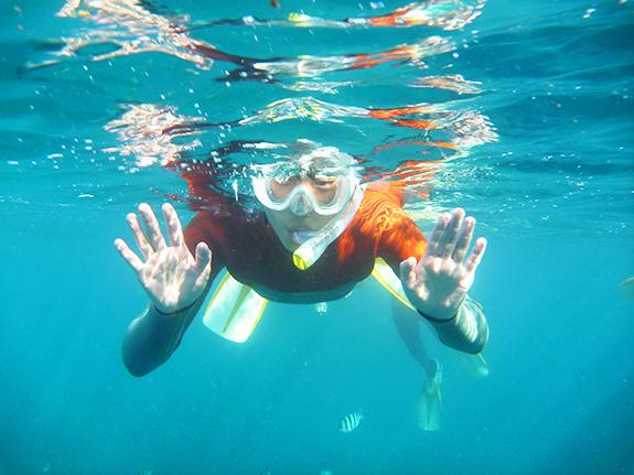 できごと沖縄【シュノーケリング】真栄田岬、青の洞窟でシュノーケリング!あまりの美しさに身震いする…!!お魚さんは今日も元気だねぇ。