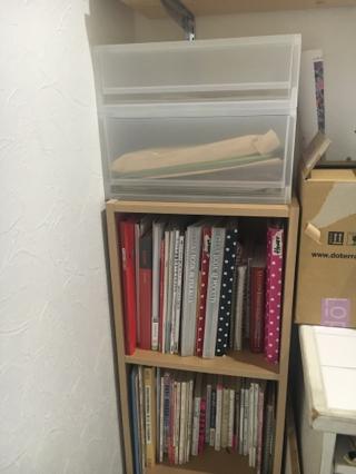 カウンター横には、これまた無印の三段ボックスを置いてレシピ本を収納。